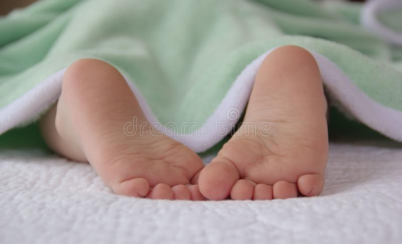 Leuke kleine voeten van een slaapbaby stock afbeelding