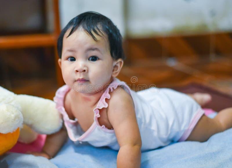 Leuke kruipende baby stock foto