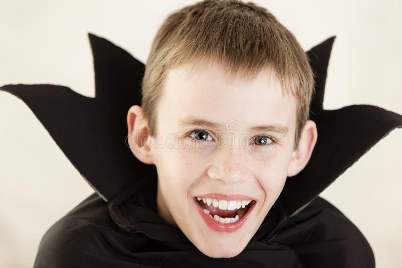 Leuke lachende vampierjongen dicht omhoog royalty-vrije stock afbeeldingen