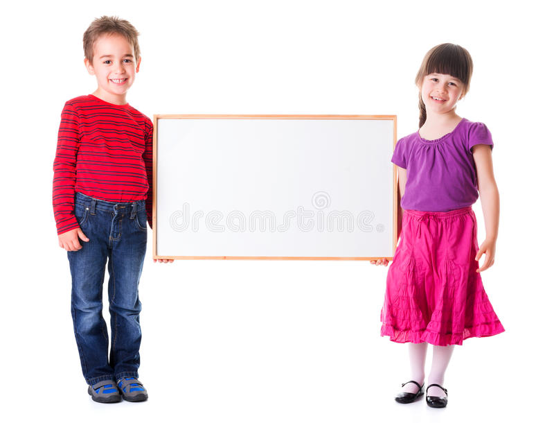Leuke meisje en jongen die lege advertentie houden stock foto