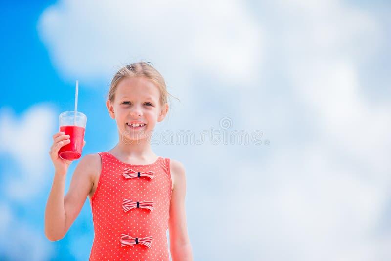 Leuke meisje het drinken cocktail op tropisch strand stock afbeelding
