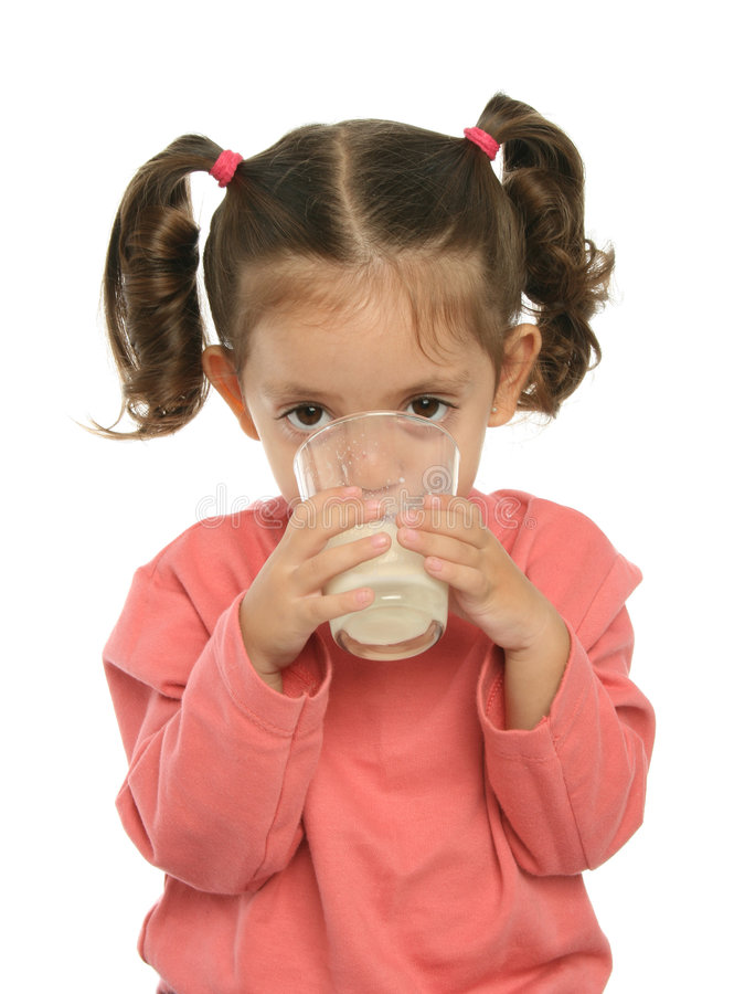 Leuke meisje het drinken melk stock afbeelding