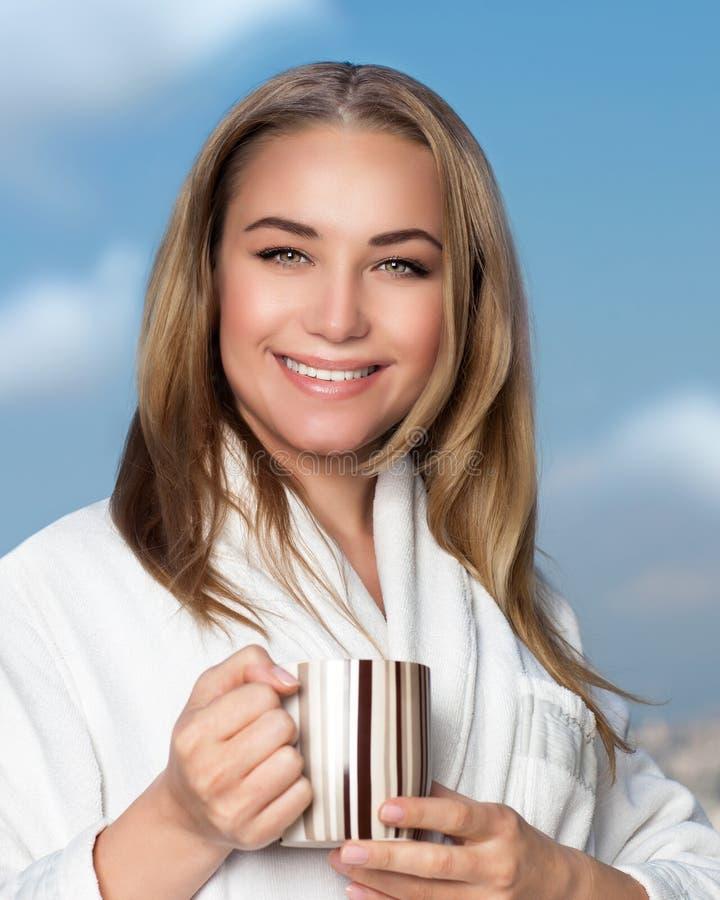 Leuke meisje het drinken thee stock afbeeldingen