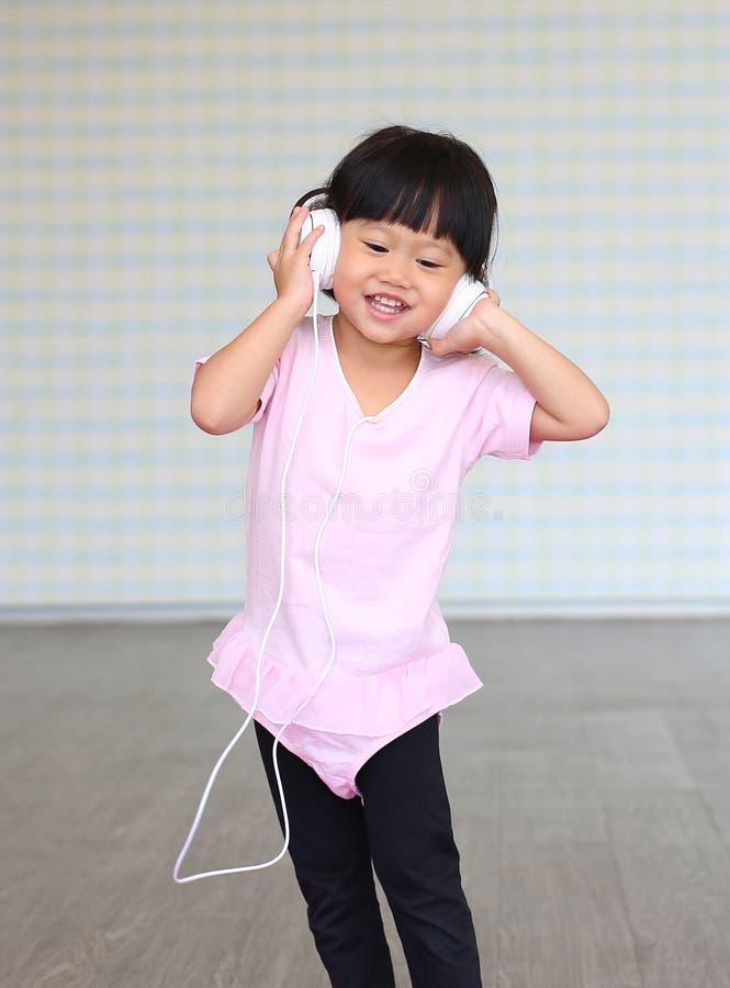 Leuke meisje het luisteren muziek met hoofdtelefoons stock foto's