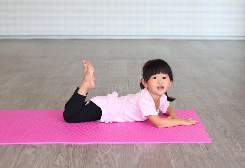 Leuke meisje het praktizeren yoga en het doen van oefening royalty-vrije stock afbeeldingen