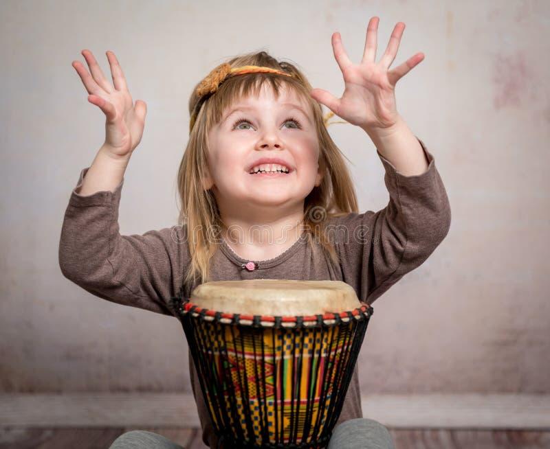 Leuke meisje het spelen trommel stock afbeeldingen