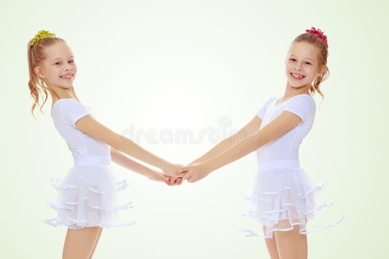 Leuke meisjes die handen houden royalty-vrije stock foto
