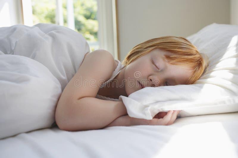 Leuke Meisjesslaap in Bed stock foto's