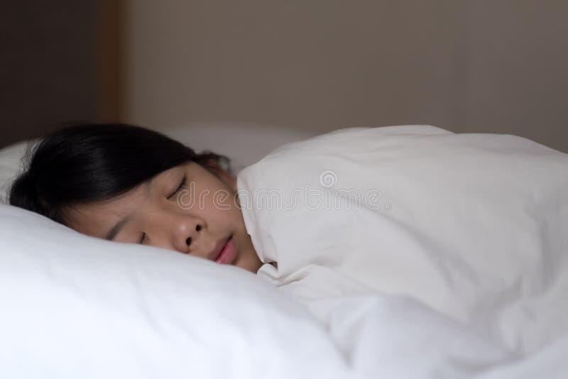 Leuke meisjesslaap op wit hoofdkussen thuis royalty-vrije stock afbeelding