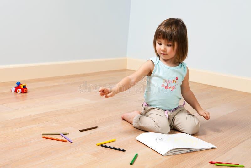 Leuke meisjesverven met pen stock foto