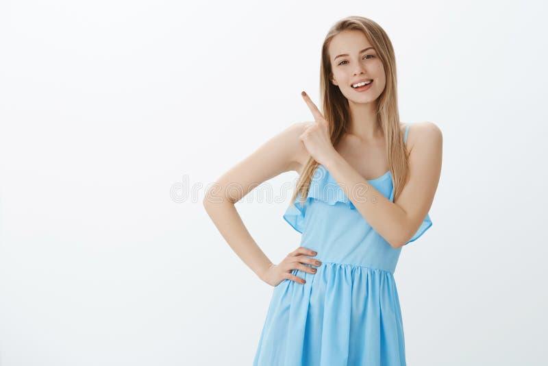 Leuke modieuze jonge vrouwelijke student die van partij met meisjes koelen genieten, die van avond genieten die op hogere linkerz stock fotografie