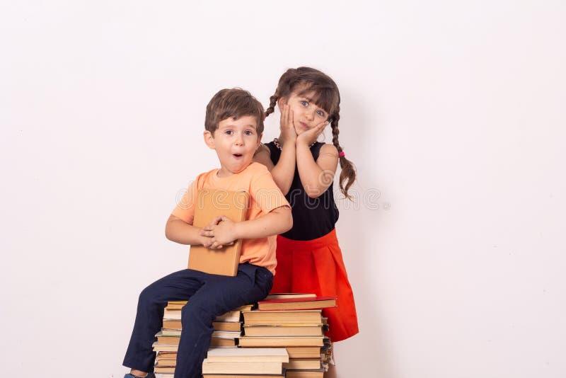 Leuke modieuze kinderen terug naar school Manier voor eenvormige schooljonge geitjes, Leerling van lage school stock foto's