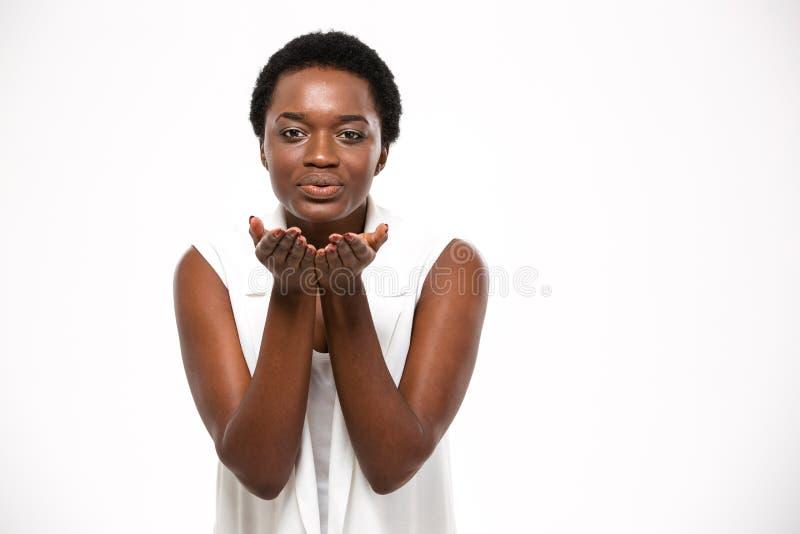 Leuke mooie Afrikaanse Amerikaanse vrouw die en een kus bevinden zich verzenden royalty-vrije stock foto's