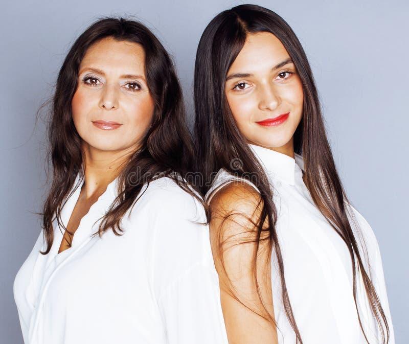 Leuke mooie tienerdochter met rijpe moeder die, manier st koesteren royalty-vrije stock afbeelding