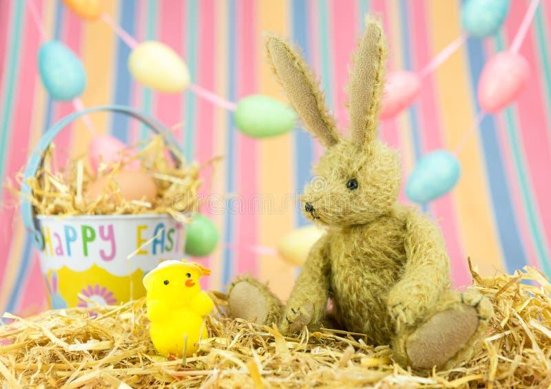 Leuke Pasen-vrienden Stuk speelgoed konijntjeskonijn, kuiken en emmer stock afbeeldingen