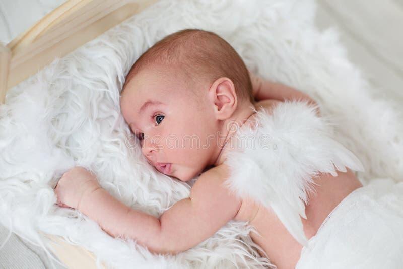 Leuke pasgeboren baby met engelenvleugels royalty-vrije stock afbeeldingen