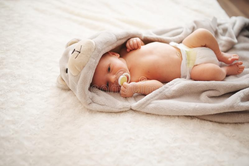 Leuke pasgeboren baby thuis stock foto
