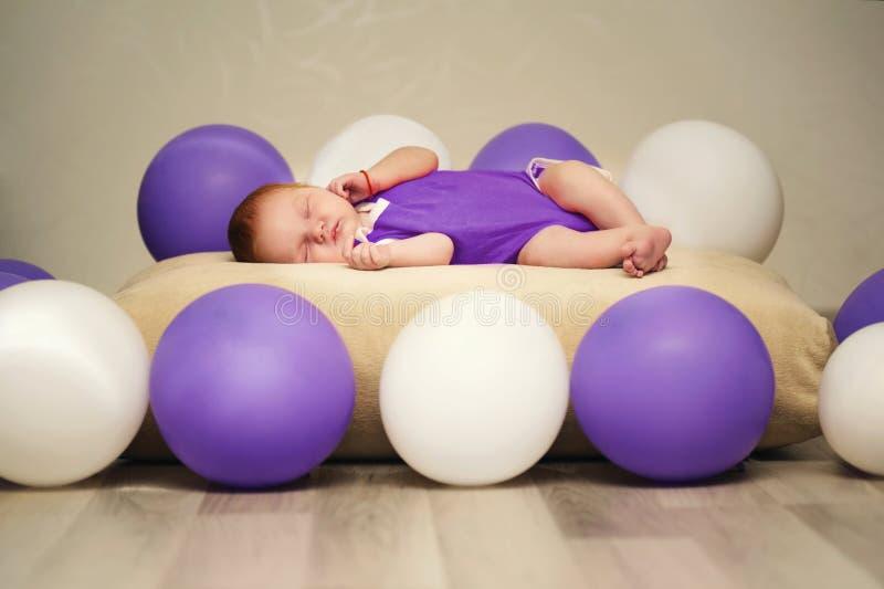 Leuke pasgeboren babyslaap royalty-vrije stock afbeelding