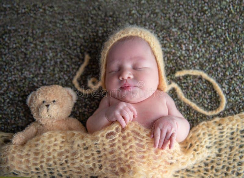 Leuke pasgeboren meisjesslaap met een Teddybeer royalty-vrije stock foto's