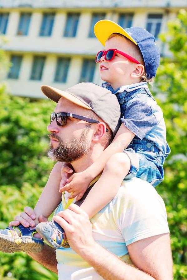 Leuke peuterjongen en zijn papa stock foto
