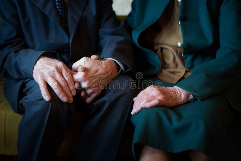 Leuke 80 plus éénjarigenechtpaar het stellen voor een portret in hun huis Liefde voor altijd concept royalty-vrije stock afbeeldingen