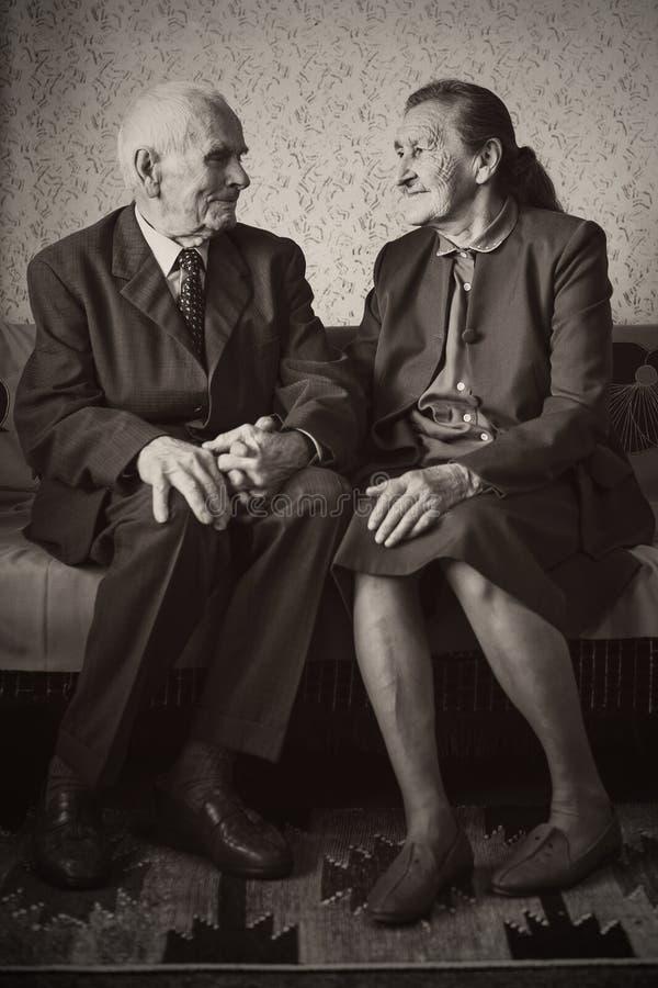 Leuke 80 plus éénjarigenechtpaar het stellen voor een portret in hun huis Liefde voor altijd concept royalty-vrije stock fotografie