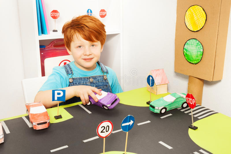 Leuke redheaded jongens speelbestuurder in kleuterschool royalty-vrije stock afbeeldingen