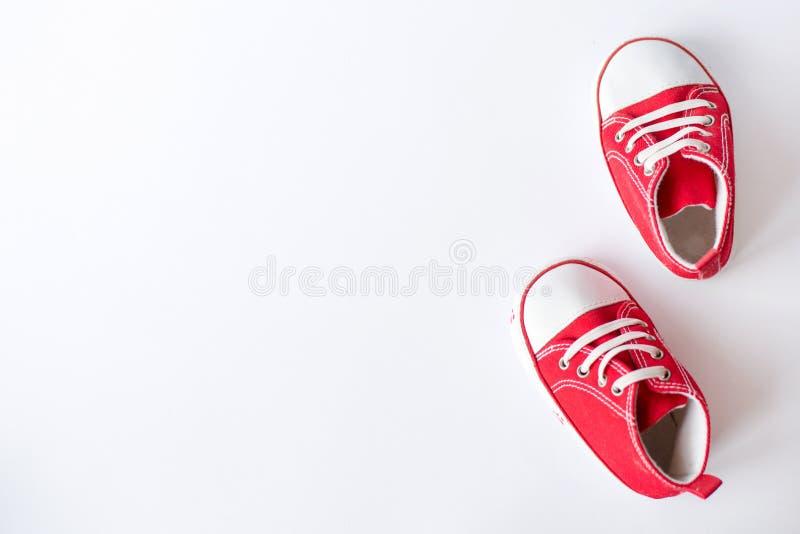 Leuke rode klein - de met maat hoogste mening van canvasschoenen over witte achtergrond royalty-vrije stock foto's