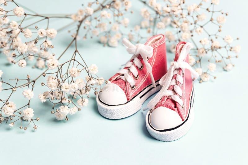 Leuke roze de tennisschoenen kleine witte bloemen van het babymeisje royalty-vrije stock fotografie