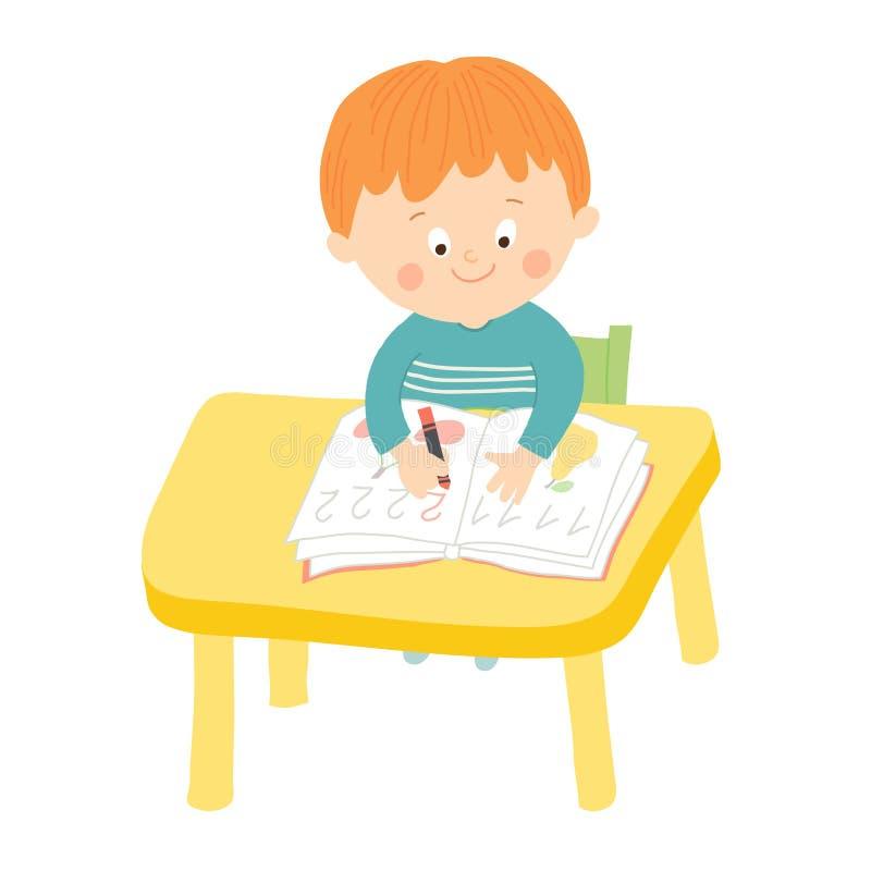 Leuke schooljongen die bij bureau in klaslokaal schrijven royalty-vrije illustratie
