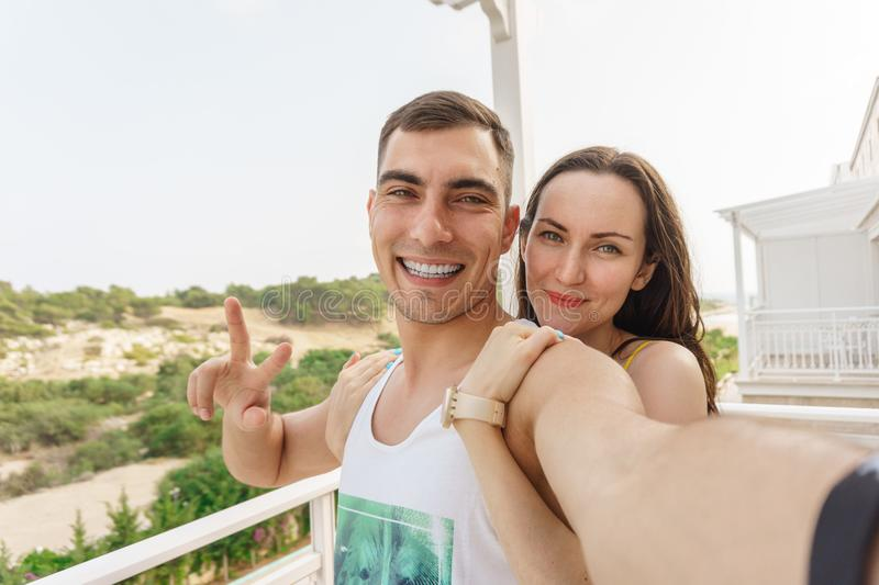 Leuke selfie van jongelui koppelt het koesteren en het glimlachen bij de camera, een symbool van vrede royalty-vrije stock fotografie