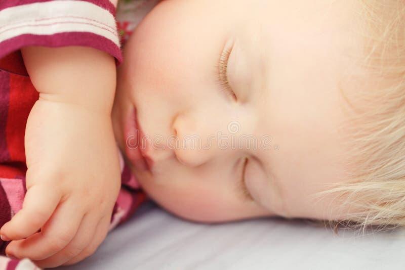 Leuke slaap blonde baby royalty-vrije stock afbeeldingen