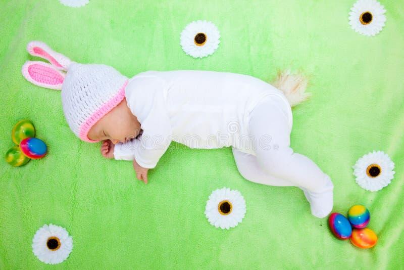 Leuke slaapbaby in een Paashaaskostuum royalty-vrije stock afbeelding