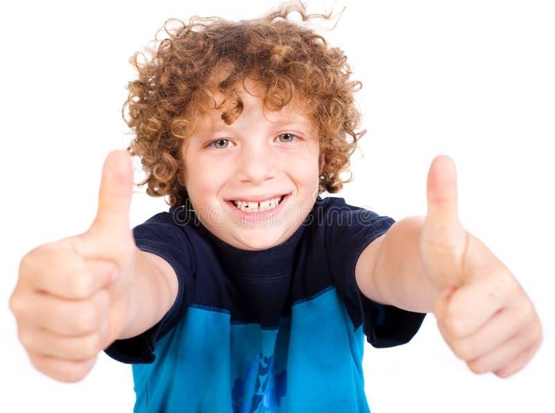Leuke Smilling weinig jongen het gesturing beduimelt omhoog royalty-vrije stock fotografie