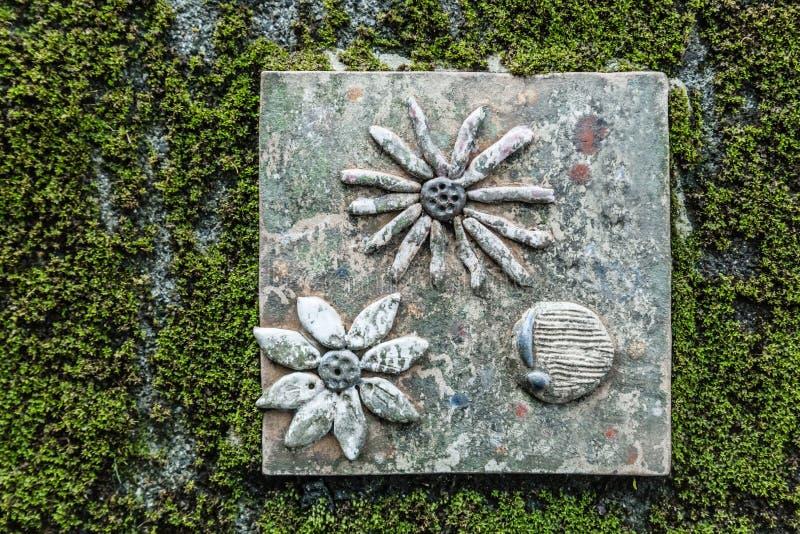 Leuke steenbaksteen op de groene muurachtergrond royalty-vrije stock afbeelding