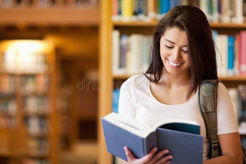 Leuke student die een boek leest royalty-vrije stock fotografie