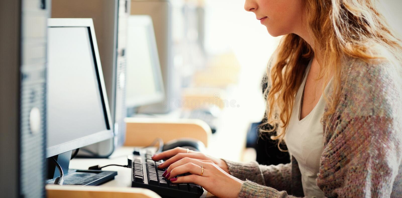 Leuke student die met een computer werken royalty-vrije illustratie