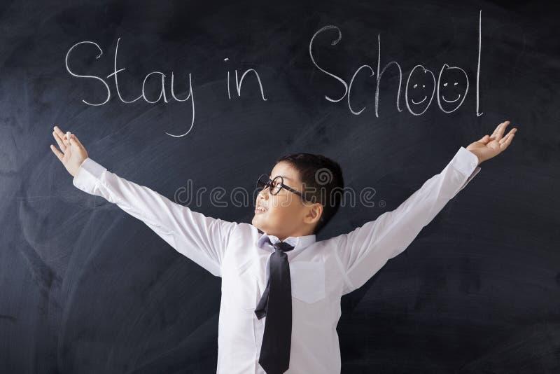 Leuke student met tekst van Verblijf in School stock foto