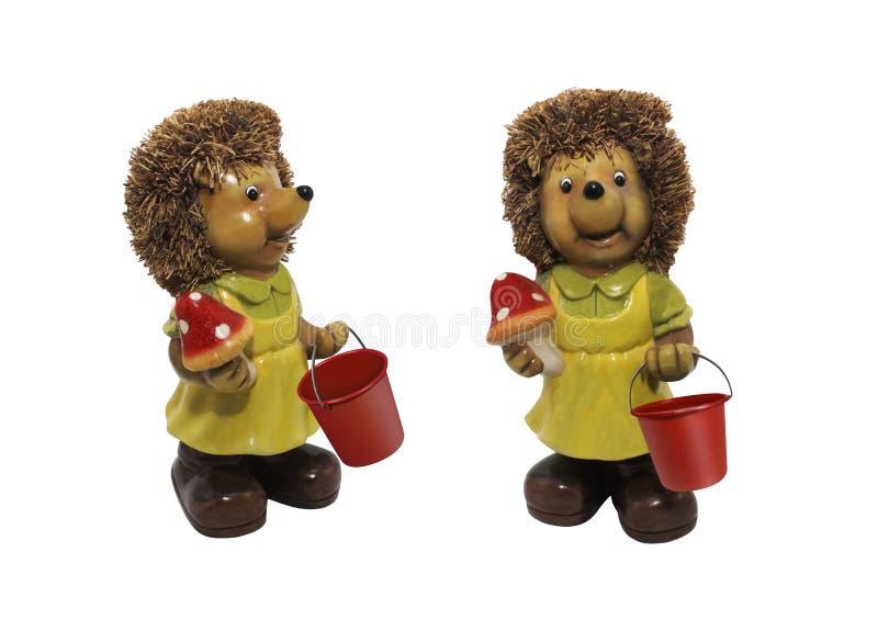 Leuke stuk speelgoed egel met emmer en paddestoel stock afbeeldingen