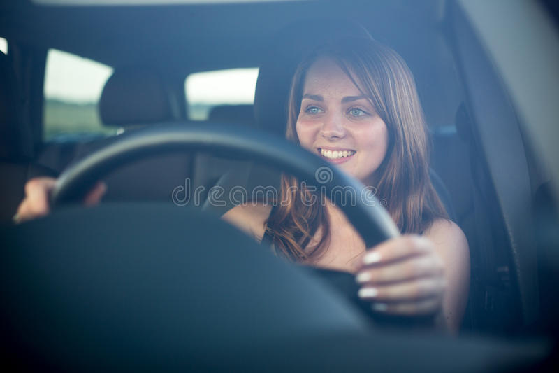 Leuke tiener die haar nieuwe auto drijven royalty-vrije stock foto's