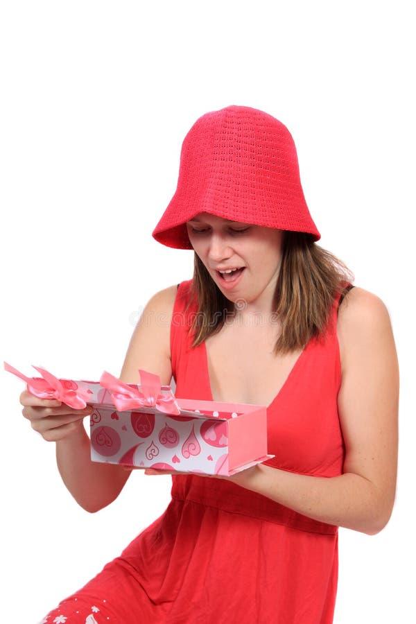 Leuke tiener in een kleding van de maagdenpalmkleur met gift stock fotografie
