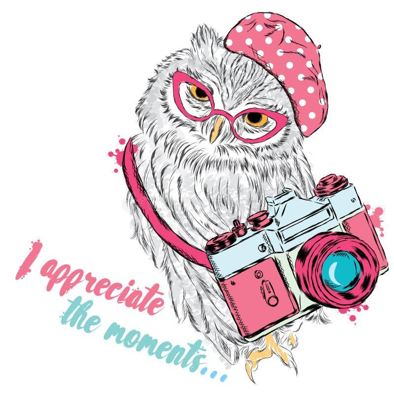 Leuke uil met een camera Uilvector Prentbriefkaar met een uil hipster stock illustratie