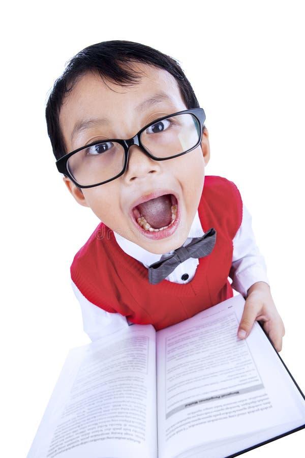 Leuke uitdrukking van jongen gelezen boek royalty-vrije stock afbeeldingen