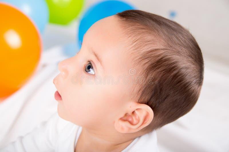Leuke verraste babyjongen die linker kijken royalty-vrije stock fotografie