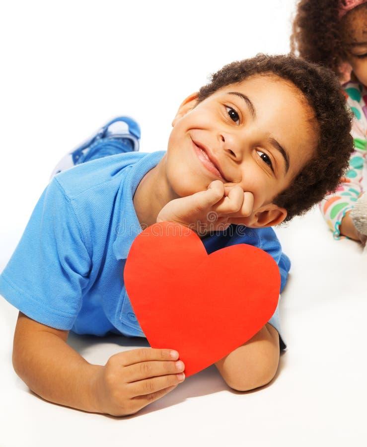 Leuke vijf jaar oude jongens met hartsymbool royalty-vrije stock foto's