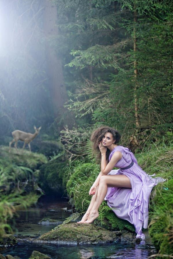 Leuke vrouw in aardlandschap royalty-vrije stock afbeelding