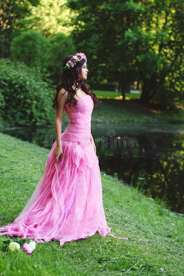 Leuke vrouw in de roze kleding van Tulle in de zomerpark stock foto