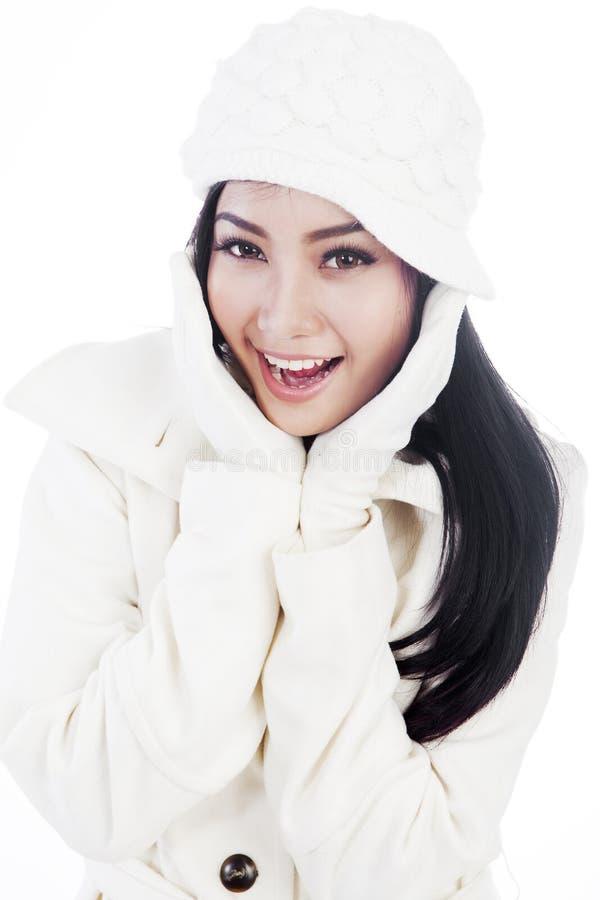Leuke vrouw die de winterkleren draagt royalty-vrije stock fotografie