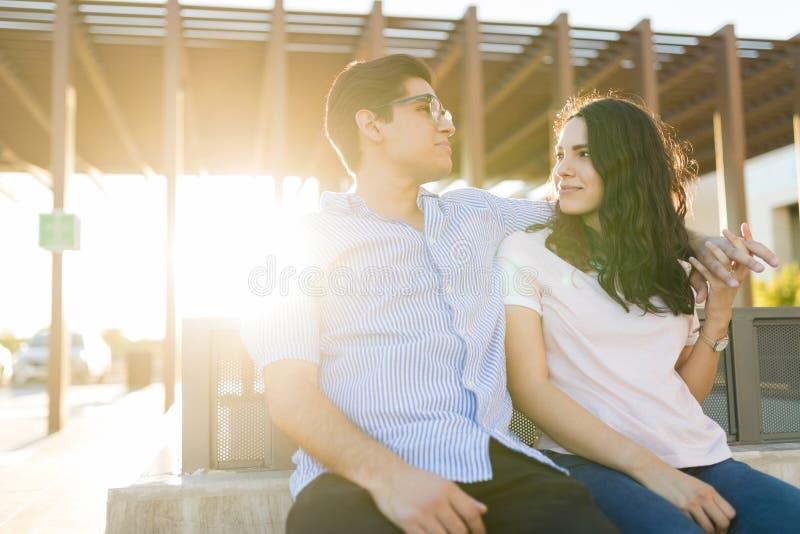 Leuke Vrouw die en in Liefde met Vriend dateren vallen royalty-vrije stock afbeelding