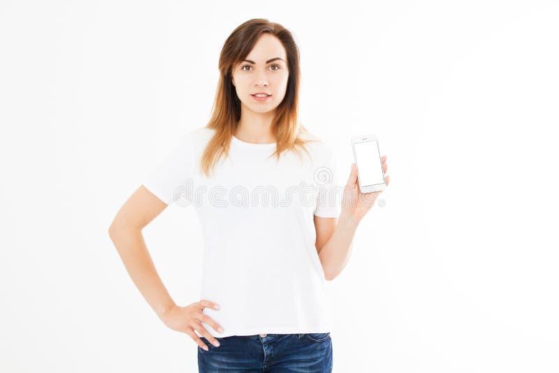 Leuke vrouw die met smartphone zich op witte achtergrond bevinden Gelukkig mooi jong meisje met het lange lege mobiele scherm van stock foto's